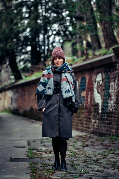 Fashion Portrait von junger Dame mit Barts Mütze im Alten AKH in Wien