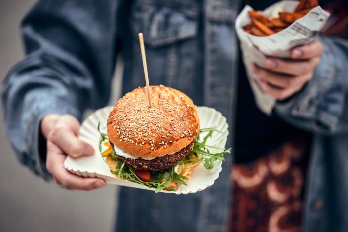 Burger mit rucola wird beim feschmarkt in linz serviert