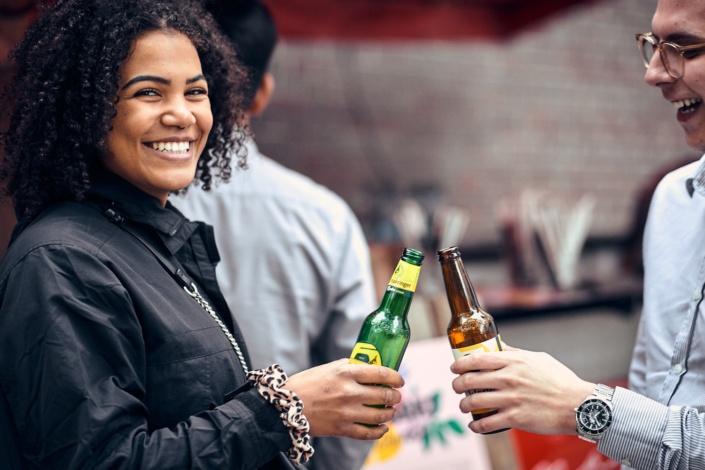Ausgelassene stimmung mit ottakringer bier am feschmarkt
