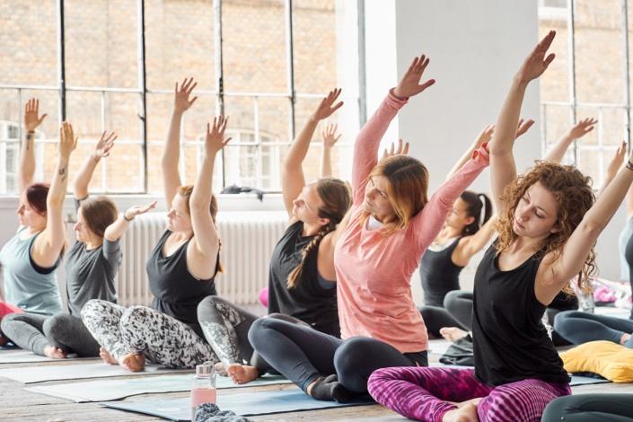 Alle machen die gleiche Yoga Pose