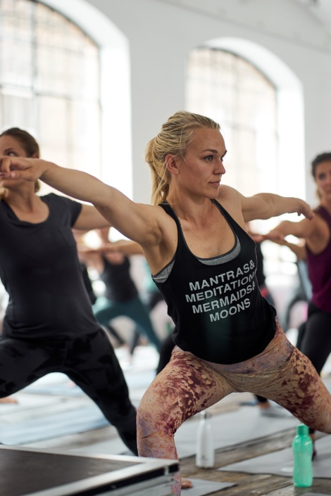 Beim Yoga mit einem Tank Top im Wuk
