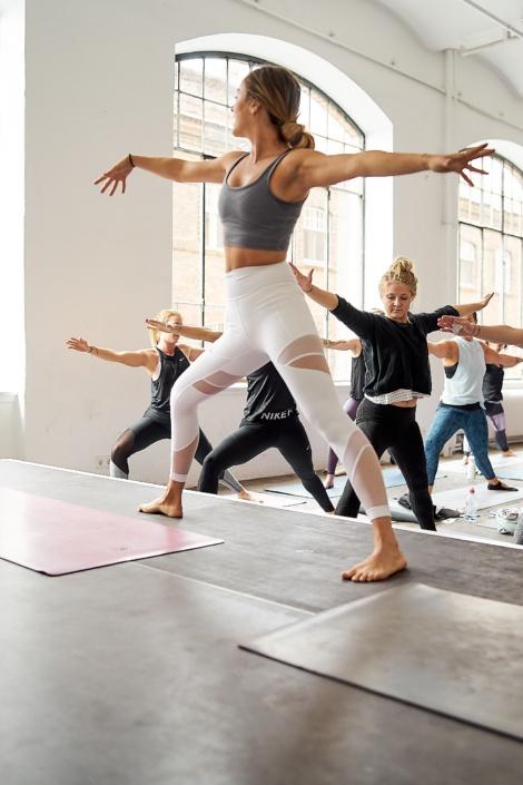 Jasmin Spanitz macht beim Yoga den krieger