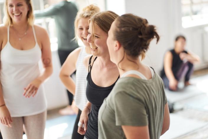 lachende Teilnehmerinnen eines Self Care Workshops