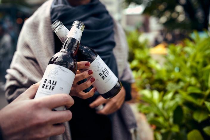 Mit zwei Flaschen Raureif wird in linz angestoßen