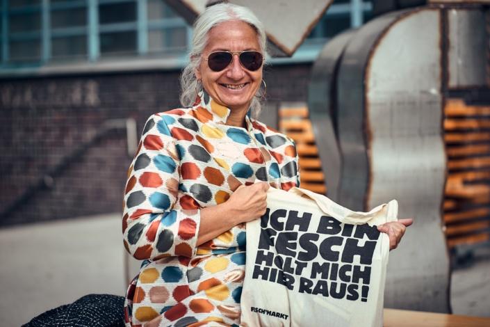Ältere Dame beim Feschmarkt in Linz
