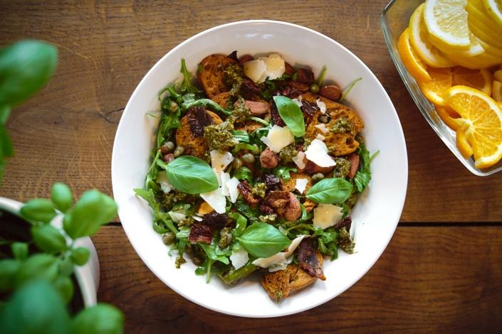 Frühlingssalat in der wilden ehe mit zitronen, basilikum, getrocknetem brot, parmesan und selbstgemachtem pesto