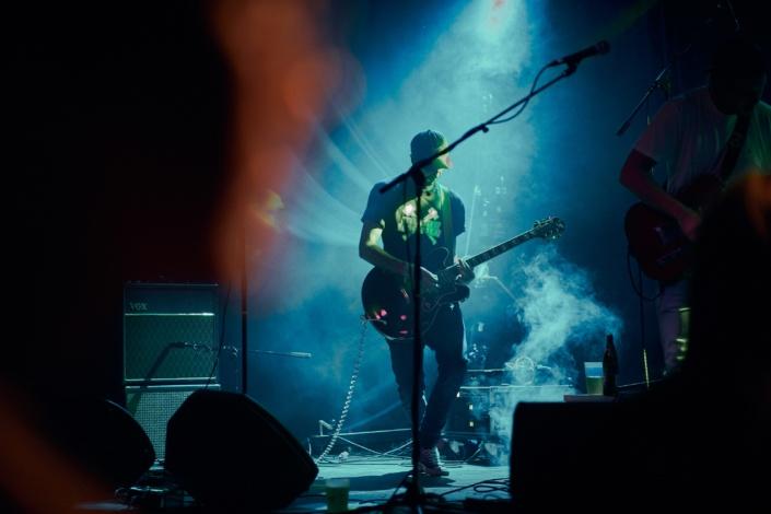 Gittarist von Sweet Joiner auf Bühne mit Nebelmaschine