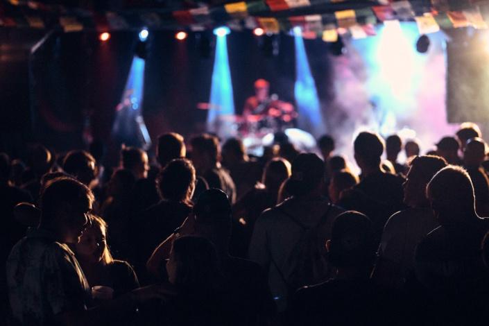 Eine Menge Zuschauer feiern beim Konzert von Sweet Joiner