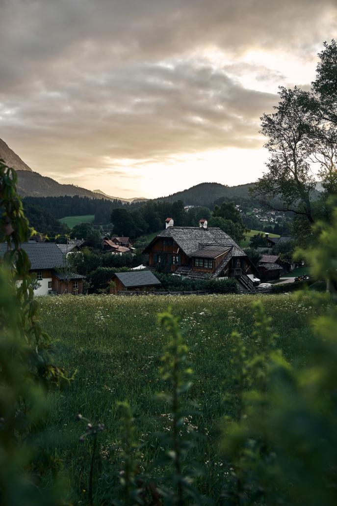 Sonnenuntergang in Altaussee mit traditionellen Häusern