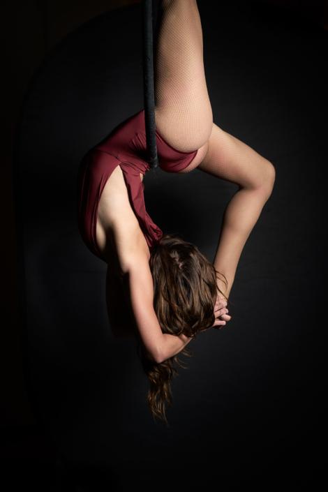 Aerial Hoop Tänzerin in ästhetischer Pose