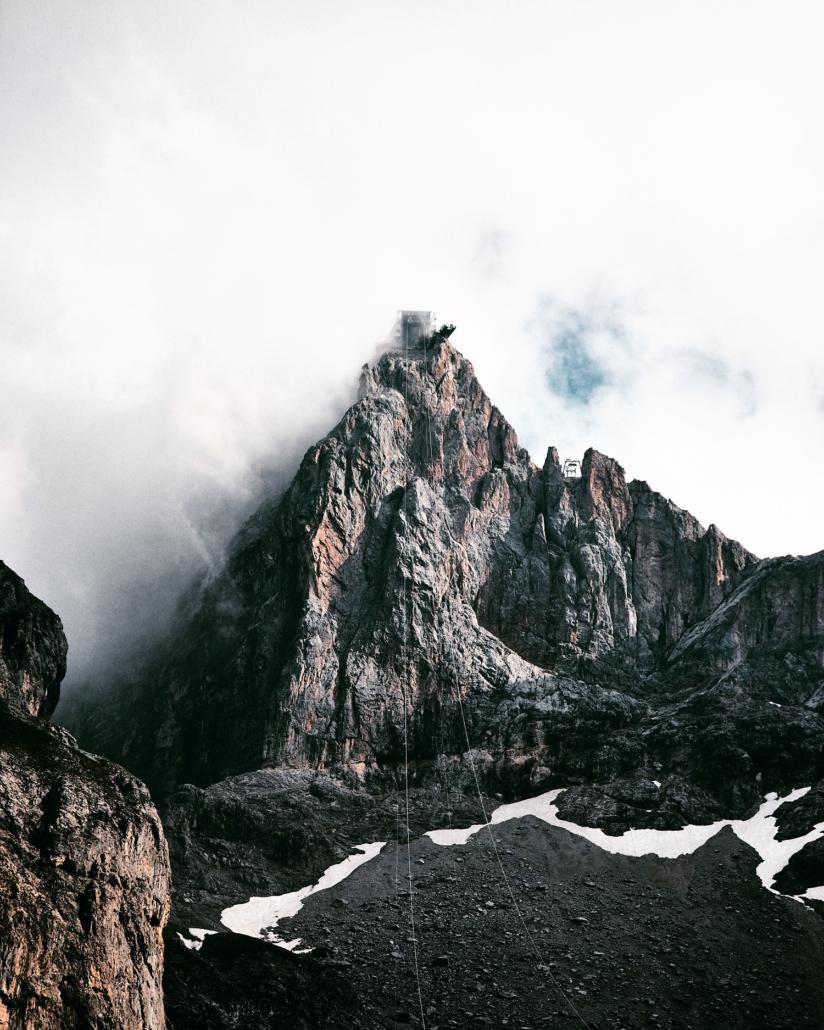 Dachstein im Nebel mit der Dachsteinseilbahn im Vordergrund