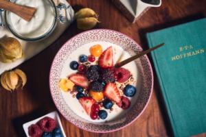 Frühstücksmüsli mit Joghurt und vielen Beeren