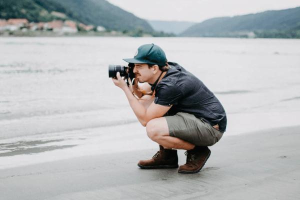 Fotograf am Ufer der Donau mit Sony Alpha 7