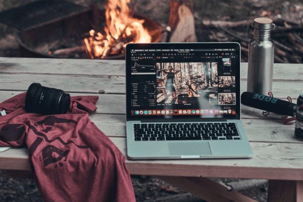 Mac Laptop zur Bildbearbeitung am Lagerfeuer