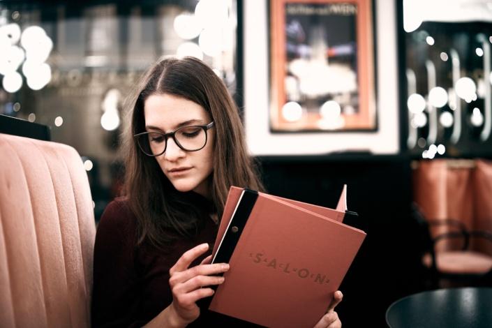 Im Salon Sacher im ersten Wiener Gemeindebezirk mit dem jungen Model Melina Thielen