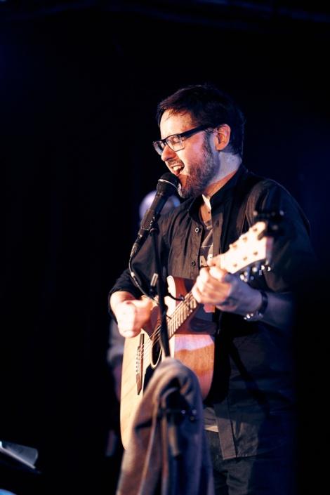 Sänger der Blues Band The Sixteen Tons mit Gitarre beim Konzert im Mark Salzburg