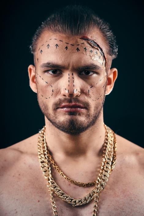 Wiener Rapper Justin Delugian für sein neues Albumcover king of beauty