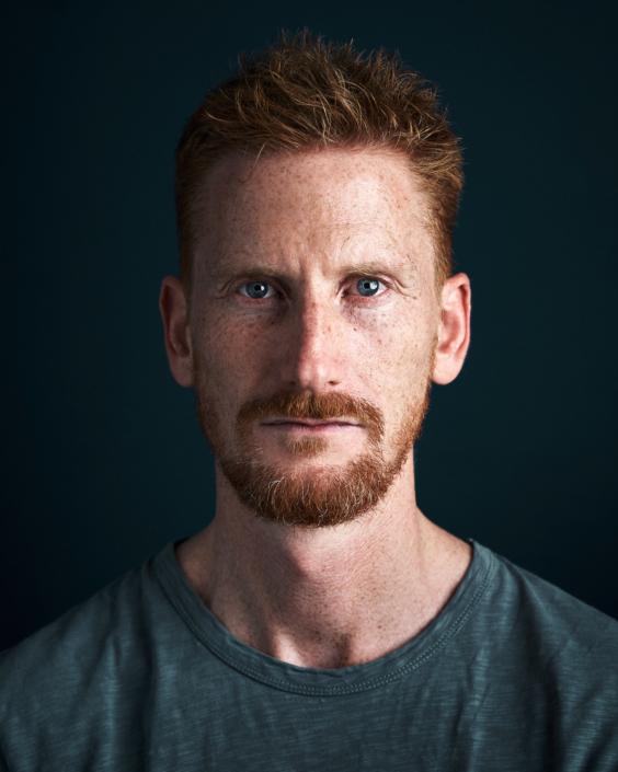 Portrait von jungem Mann mit roten Haaren und Bart