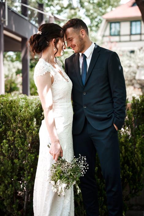 Brautpaar posiert Stirn an Stirn