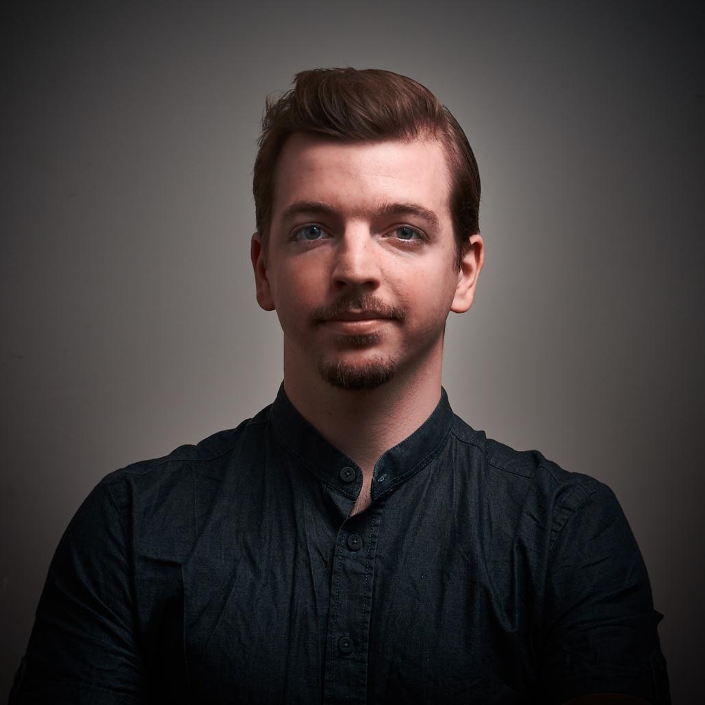 Portrait mit kragenlosem Hemd