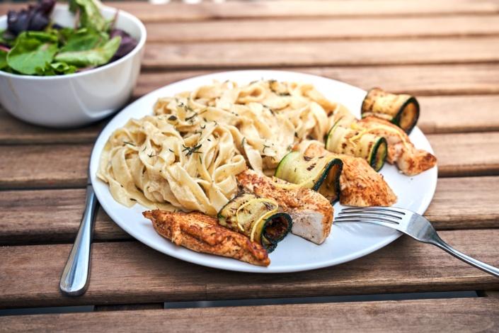 Gegrillte Hühnerbrust mit Zucchini und Nudeln in der Wilden Ehe