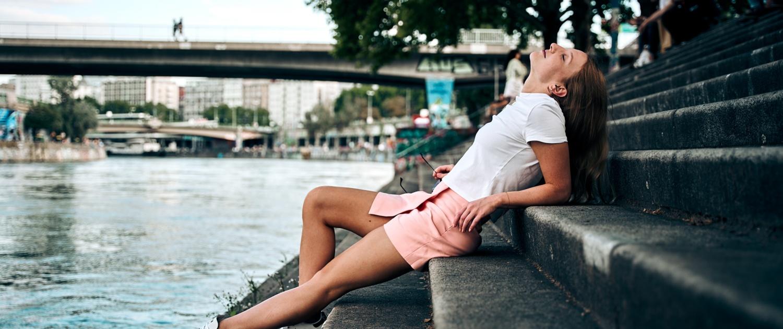 Mädchen auf Stiegen am Donaukanal in Wien