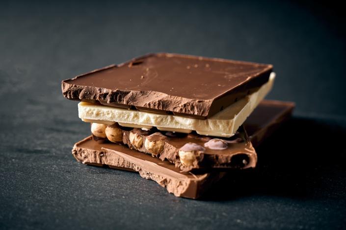 schokoladen tafeln gestapelt vor schwarzem hintergrund