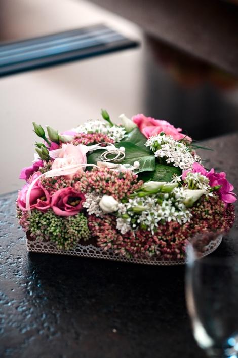 Herzförmiges Kissen für Hochzeitsringe mit Blumen