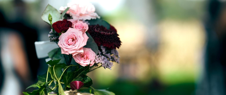 Blumenschmuck bei freier Trauung unter Bäumen am Rahaberghof