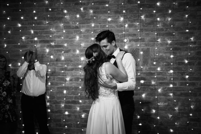 Verliebtes Brautpaar bei HOchzeitsfotoshooting am Rahaberghof