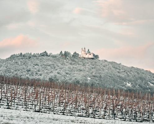 Kirche am Leopoldsberg in Wien mit Schnee im Winter