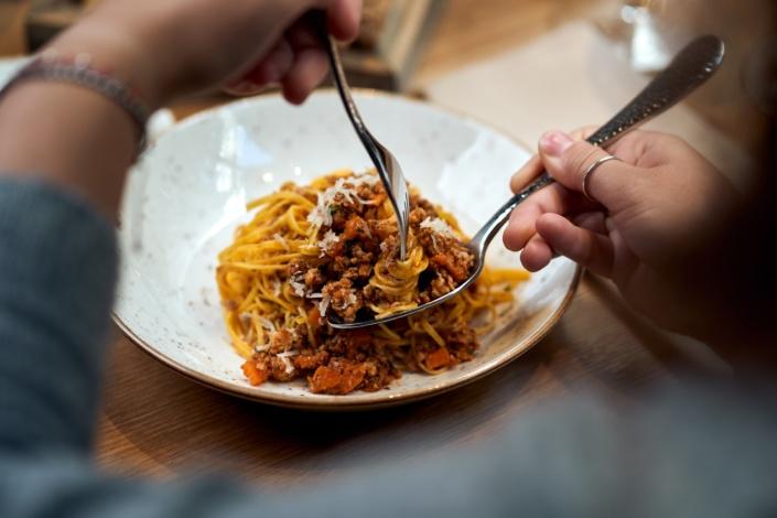 Spaghetti Bolognese auf Gabel werden gegessen blick über schulter