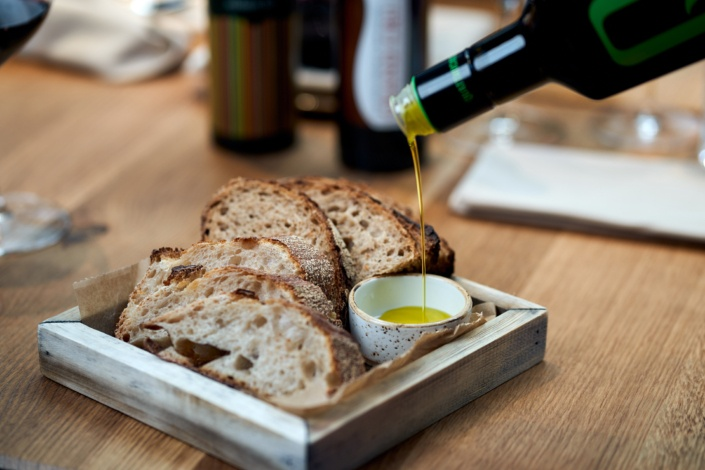 Olivenöl mit Brot zum Verkosten