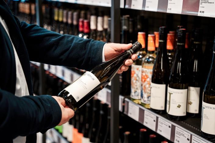 Weinflasche von jurtschitsch ötw erste lage entnahme aus regal