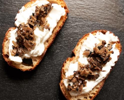 Brot mit Frischkäse und Trüffel